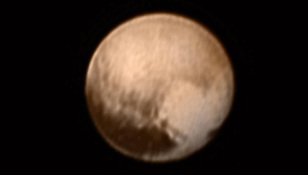 Dieses Foto sendete die Raumsonde New Horizons vom Pluto. Die helle Region rechts unten zeigt die Form eines Herzens Quelle:  NASA-JHUAPL-SWRI